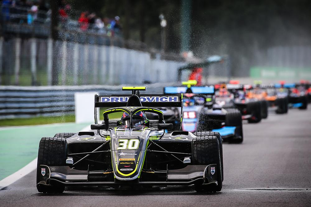 Felipe Drugovich chega à Rússia para disputar a última etapa do Campeonato Mundial de Fórmula 3 FIA